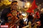 孩子跟着父母上街庆祝。本报记者 毕山 摄