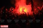 球迷在美亭国家体育场外欢呼鼓舞。本报记者 陈孝 摄