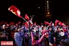 河内Ecopark都市区居民涌入街上庆祝胜利。本报记者 越强 摄
