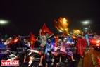 岘港市球迷狂欢庆祝胜利的气氛。本报记者 清和 摄
