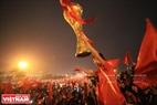 球迷在美亭国家体育场外狂欢庆祝。本报记者 陈孝 摄