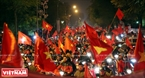 河内阮太学街上一片赤红的金星红旗。本报记者 毕山 摄