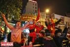 外国游客上街庆祝胜利。本报记者 毕山 摄