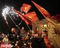 球迷在还剑湖周边庆祝胜利的气氛。本报记者 庆龙 摄