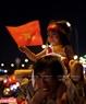 小孩跟随父母上街庆祝胜利。本报记者阮伦摄