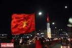 胡志明市市郊居民涌入市中心庆祝胜利。本报记者阮伦摄