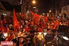球迷在胡志明市中心各条道路上庆祝胜利的气氛。本报记者阮伦摄