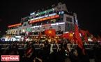 球迷在还剑湖周边庆祝胜利的气氛。本报记者 清江 摄