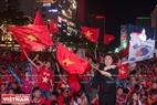 多くのベトナムサッカーファンはグエンフエ通りに集中し、決勝試合に出席するベトナムサッカー代表チームを応援した。。撮影:ソン・ギア