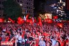 胡志明市球迷庆祝越南队胜利的气氛。本报记者 山义 摄