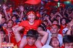 小球迷欢欢喜喜庆祝越南队的胜利。本报记者 山义 摄