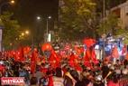 胡志明市同起路一片赤红的金星红旗。本报记者 山义 摄