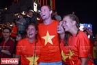 外国游客上街庆祝胜利。本报记者 山义 摄