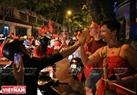 外国游客与市民庆祝胜利。本报记者 通海 摄