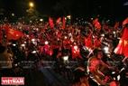 球迷胡志明市黎笋路欢喜庆祝。本报记者 通海 摄