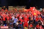胡志明市球迷庆祝越南队的胜利。本报记者 通海 摄
