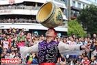 Màn biểu diễn giữ thăng bằng bằng chậu hoa khéo léo của nghệ sĩ xiếc.