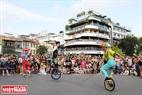 Trình diễn đi xe đạp một bánh nhảy dây của các nghệ sĩ tại khu vực Quảng trường Đông Kinh Nghĩa Thục.