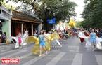 Chương trình tổ chức diễu hành theo quy mô từng khối với từng thể loại đặc trưng của nghệ thuật xiếc.