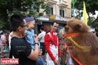 Các em nhỏ thích thú khi lần đầu tiên được tận mắt nhìn lạc đà ngoài đời thực.