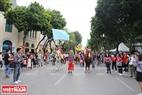 Với sự tham gia của gần 100 nghệ sĩ xiếc đến từ các đoàn nghệ thuật trên cả nước đã làm sôi động cả tuyến phố đi bộ.