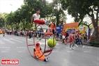 Các nghệ sĩ sẽ trình diễn khắp các tuyến phố đi bộ, bắt đầu từ địa điểm ngã tư Tràng Tiền - Hàng Khay sau đó đi khắp các tuyến phố xung quanh Hồ Hoàn Kiếm.