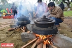 Sticky rice cakes are boiled in brass pots, which were typical of the former royal city. Photo: Thanh Hoa