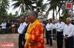 Dân làng ai cũng thành kính khoanh tay làm lễ cầu mong vong hồn những người đã khuất phù hộ cho họ được gặp may trong mùa đi biển mới. Ảnh: Thanh Hòa