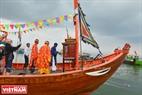 Ban tế lễ chuẩn bị hướng án trên thuyền nghinh Ông. Ảnh: Thanh Hòa