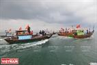 Không khí lễ nghinh Ông diễn ra rất sôi động trên vùng biển Bắc xã Tam Hải. Ảnh: Thanh Hòa
