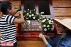 Многие площади фестиваля также украшены розами, чтобы сформировать город цветов.