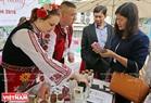 В частности, во время Фестиваля в болгарском посольстве во Вьетнаме также были киоски, торгующие и предлагающие туристам продукты, сделанные из роз Болгарии.