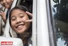 Các em nhỏ vui vẻ khi tới trường trên chiếc xe của thầy Thuyết.