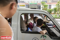 Thầy giáo già hơn 20 năm đưa đón học sinh tới trường