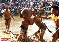 La «lutte pour la boule en terrain boueux»,  fierté du village de Vann