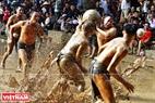 双方争夺泥球,并将泥球投入对方的泥坑,投入数量多为胜。