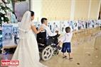 Trong lễ cưới cũng trưng bày những bức ảnh cưới của 41 cặp đôi.