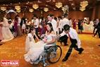 Một cặp đôi mà hai vợ chồng đều bị khuyết tật vui vẻ đưa nhau vào khu vực chuẩn bị làm lễ cưới.