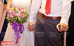 """Những cái nắm tay siết chặt chứa đựng biết bao tình yêu thương trong đám cưới mang tên """"Giấc mơ có thật""""."""