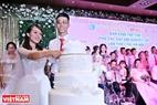 Các cặp đôi chung tay cắt chiếc bánh cưới trong ngày đặc biệt của mình.