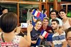 Không phân biệt tuổi tác, sắc tộc, tôn giáo… những trận cầu sôi động của World Cup 2018 đã khiến mọi người như cùng chung một nhịp đập cùng nhau hòa mình vào không khí sôi động giải đấu. Ảnh: Khánh Long