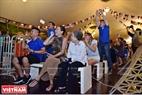 Một cổ động viên lớn tuổi của đội tuyển Pháp vui vẻ theo dõi trận đấu diễn ra trong đêm. Ảnh: Công Đạt