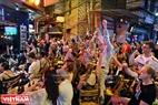 Người hâm mộ bóng đá Việt Nam và du khách nước ngoài thưởng thức World Cup tại những quán cà phê trên phố cổ Hà Nội. Ảnh: Khánh Long