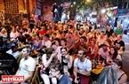 Tại các con phố Lương Ngọc Quyến, Hàng Buồm, Tạ Hiện (Hà Nội) luôn thu hút rất đông người nước ngoài đến từ nhiều quốc gia tới xem World Cup. Ảnh: Khánh Long