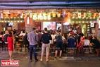 Các chủ quán bán bia bố trí những màn hình lớn với âm thanh sống động để phục vụ cả những người hâm mộ bóng đá đi qua cửa hàng. Ảnh: Khánh Long
