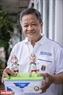 Thầy giáo Nguyễn Thành Tâm vui mừng với những linh vật World Cup từ những vỏ quả trứng do chính tay ông làm ra.