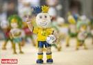 Hình ảnh cầu thủ bóng đá với trang phục thi đấu Brazil được làm từ vỏ trứng.