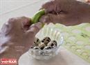 Để tẩy mùi hôi của trứng và làm sạch vỏ thầy giáo Nguyễn Thành Tâm phải ngâm trứng với nước tranh trong vòng 3 phút.