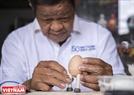 Những công đoạn chuẩn bị nguyên liệu đã xong thì ông sẽ lắp ghép các chi tiết chân, tay vào vỏ trứng và đây công đoạn cần đến sự tỉ mỉ cao của người làm.