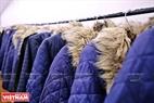 Những chiếc áo khoác long dày được treo ở một căn phòng trung gian có nhiệt độ khoảng 16-17 độ C, nơi khách ngồi chờ để làm quen dần với sự thay đổi nhiệt độ. Khách sẽ khoác áo này để vào khu vực phòng đóng bang của quán.